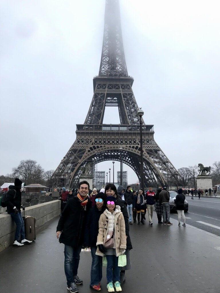 エッフェル塔で家族写真