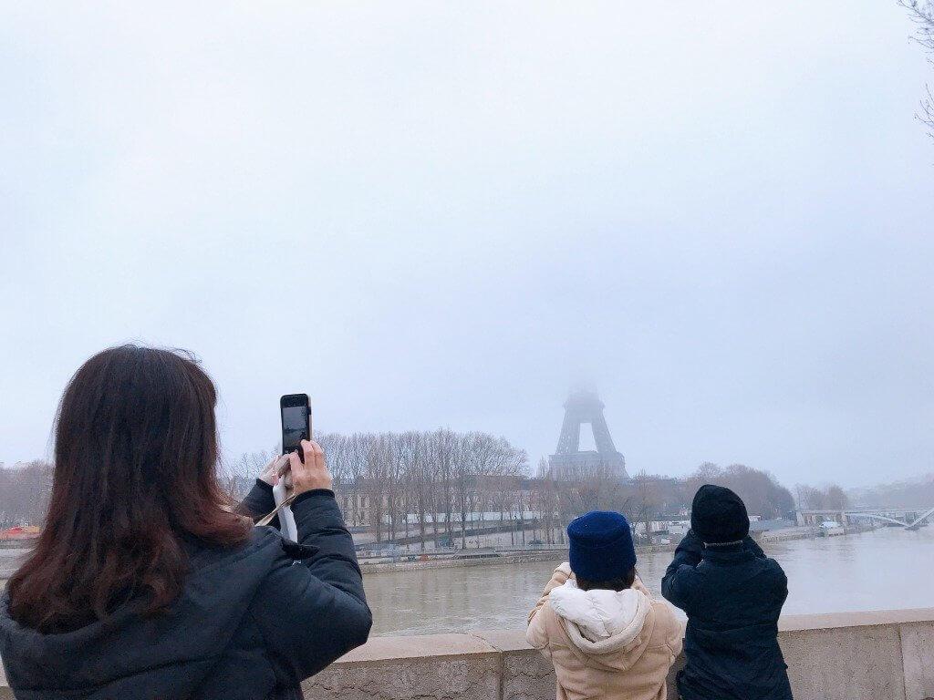 遠くにエッフェル塔が見えて撮影