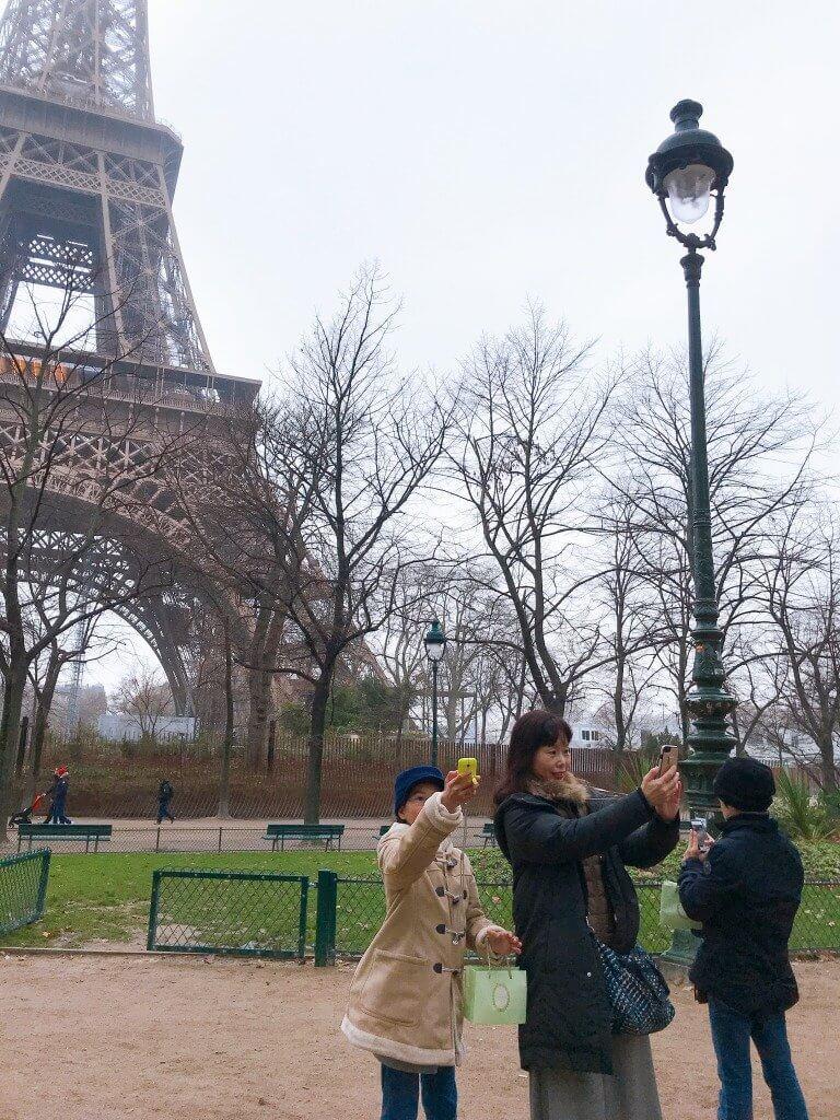 エッフェル塔前から自撮り