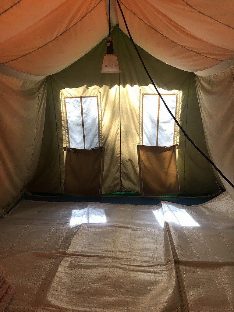 高床式テント内観