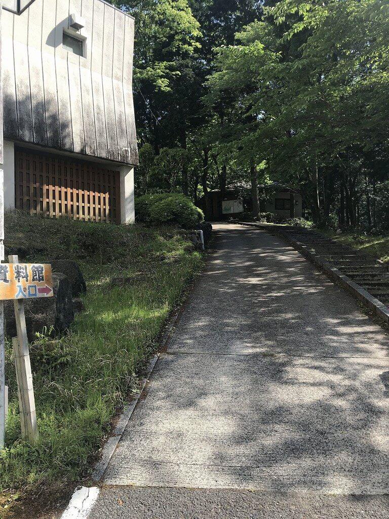 資料館入口が見える道