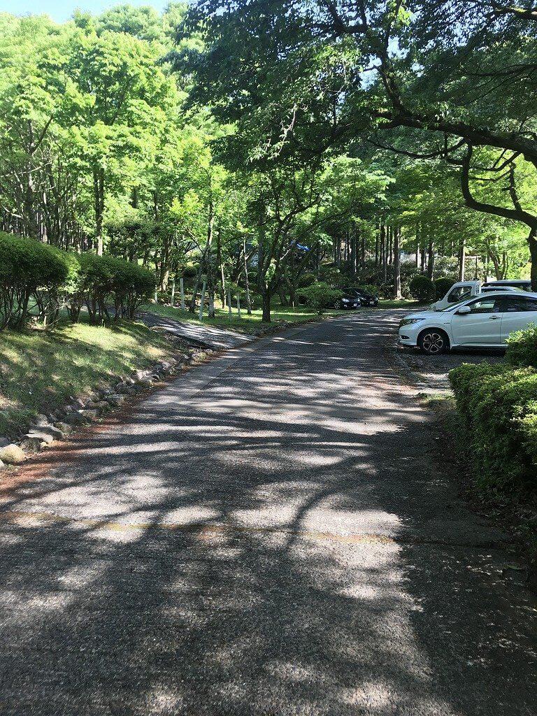 駐車場に続く道